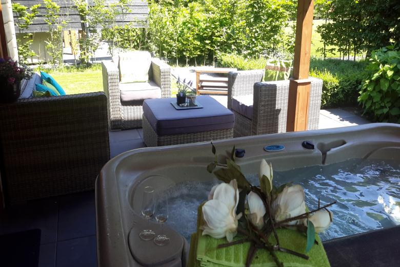 dit is h t huisje met sauna en jacuzzi voor 2 personen. Black Bedroom Furniture Sets. Home Design Ideas